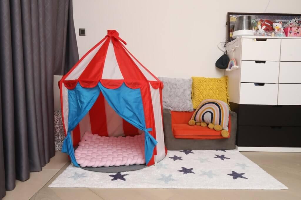 兒童房的小帳蓬,是囡囡的小小天地。