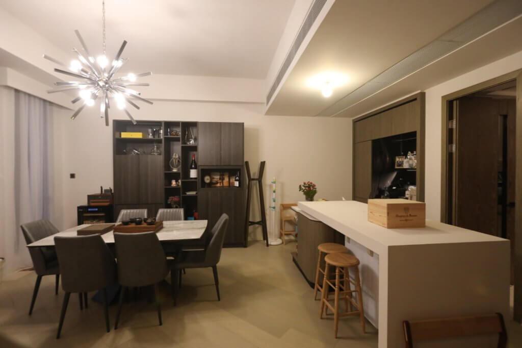 大餐桌方便招呼朋友,右邊的中島枱和廚房是他假日大顯身手的地方。