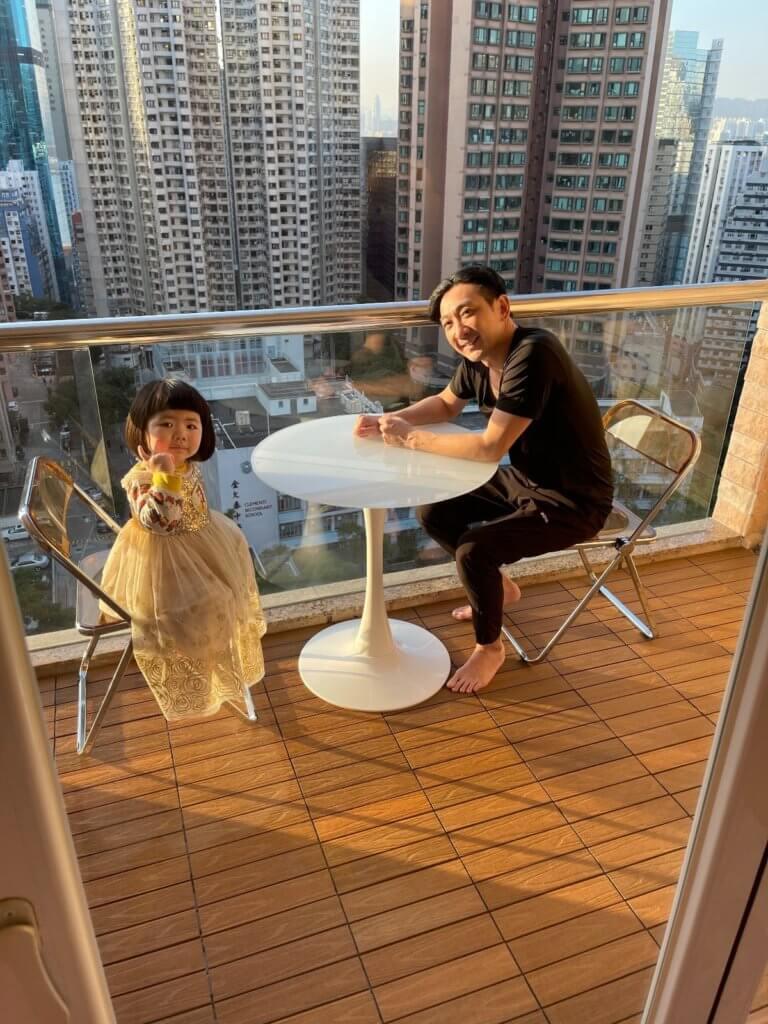 李璨琛的女兒遺傳了父母的貪靚基因,懂得扮靚和襯衫。