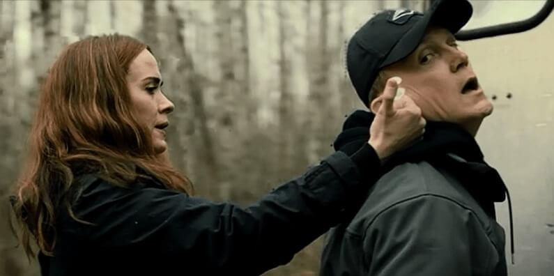 郵差為幫助求救的姬拉,遭到恐怖莎拉下毒手。
