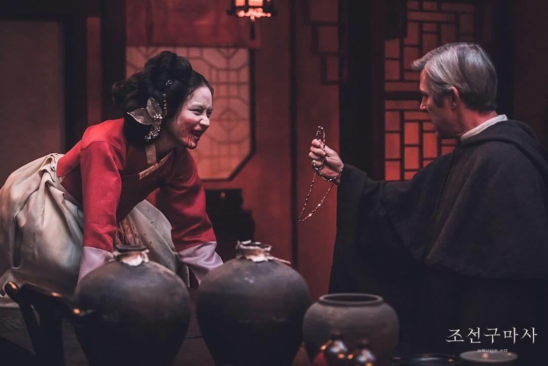 劇中也出現中式道具,如燈籠。