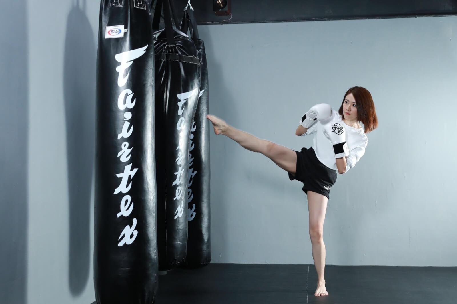 踢腿是打拳最基本的動作,當然要做到有姿勢有實際。