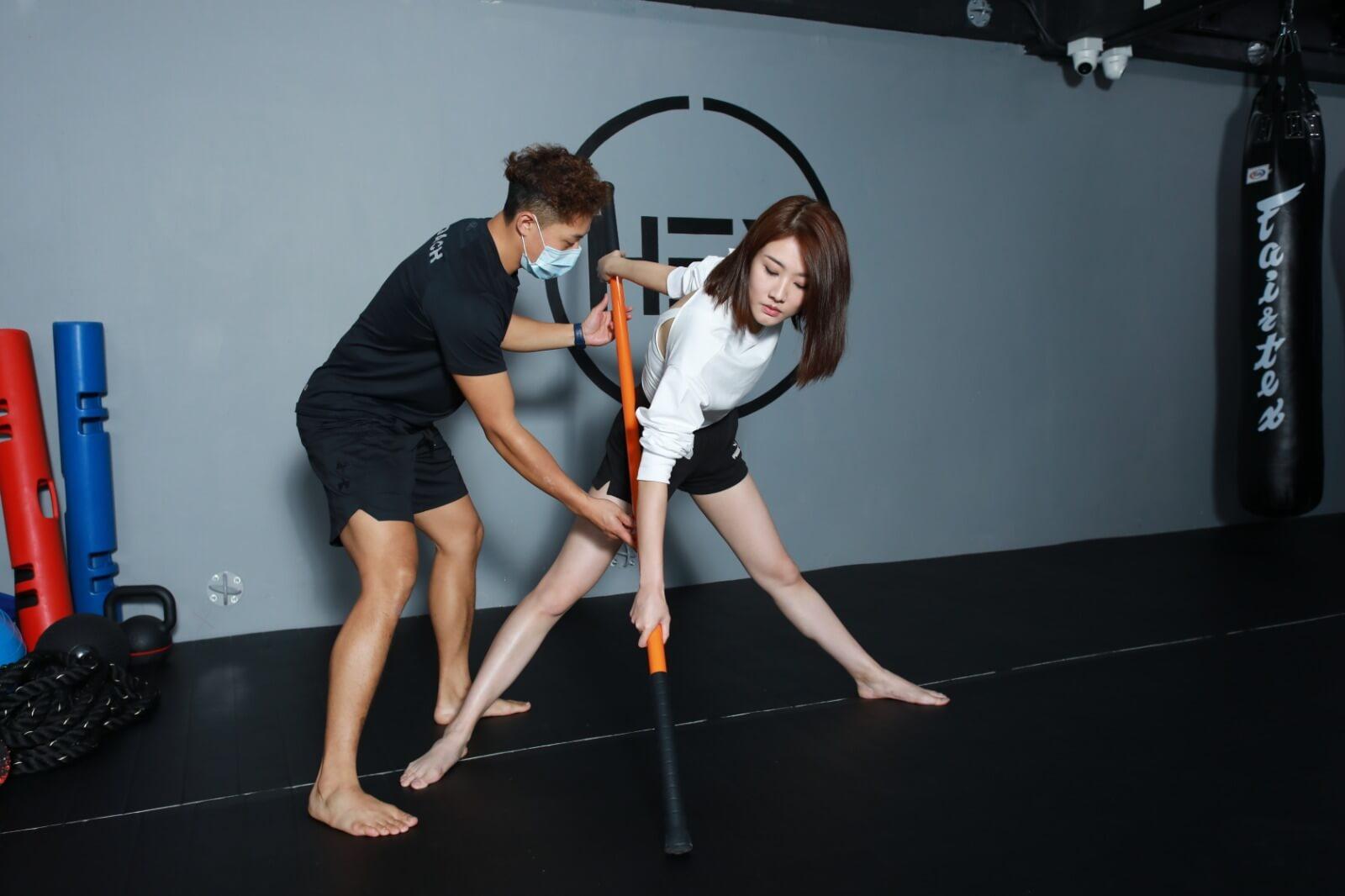 對於筋腱比較緊的鄧佩儀來說,每次拉筋都感到好痛。