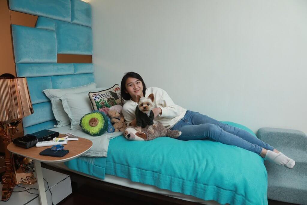 Jessie曾到SPCA做義工,負責抹地和walk狗;在美國讀書時也幫老師放狗,讓牠們放電,終於美夢成真,自己也有一隻狗狗了。Jessie會焗製狗狗曲奇給Jordan吃,還分享給鄰居的狗狗,希望大家happy。