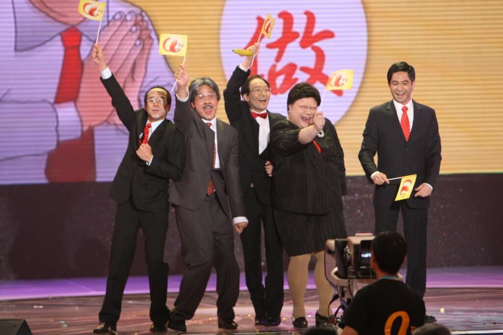 當年在《亞視迎接五十五周年》勁歌熱舞賀壽,扮鬼扮馬,惜亞視最終熄機。