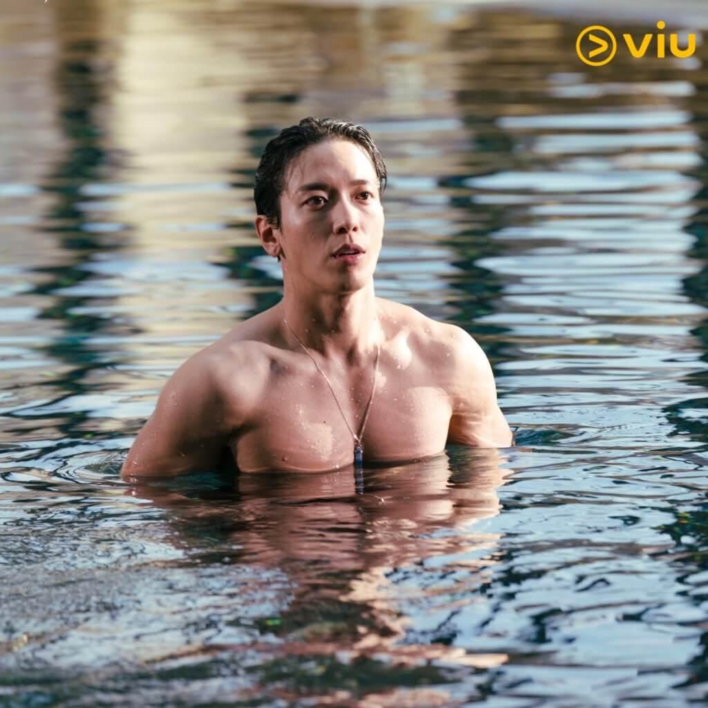 鄭容和在劇中騷肌,他那寛厚的胸肌,成為網民熱話。