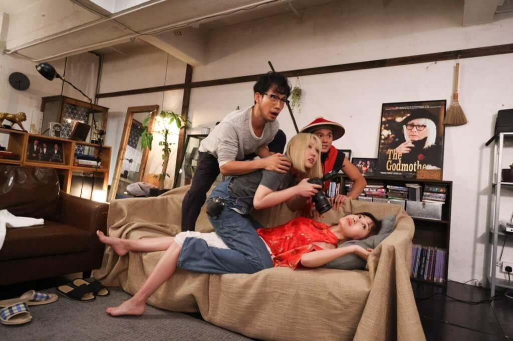 在網上首播的新劇《欺詐劇團》,敖嘉年與蔣家旻等合作,帶點黑色幽默。