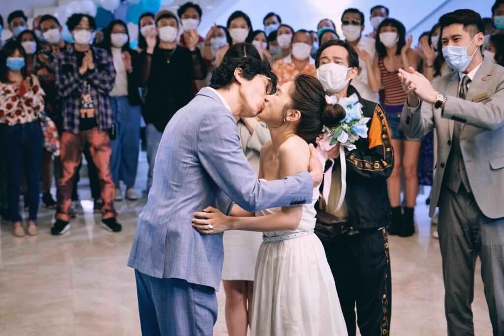 陸永與蘇麗珊在一班疑似確診者的見證下,在隔離酒店舉行婚禮。