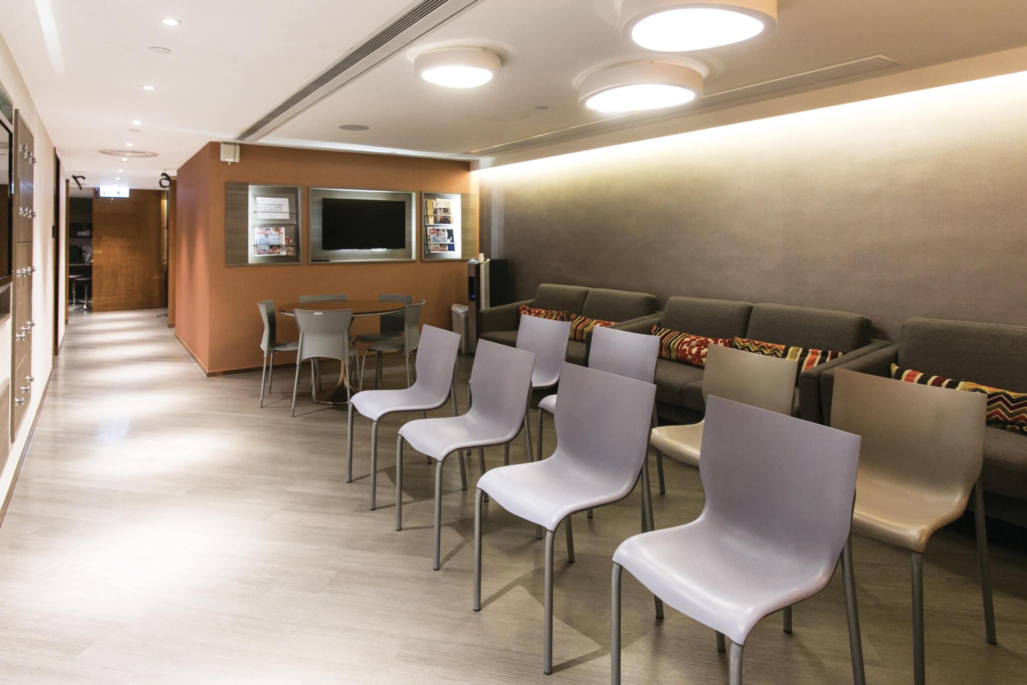 中心定期舉辦講座, 由 專業人士向客人講解矯 視相關資訊。