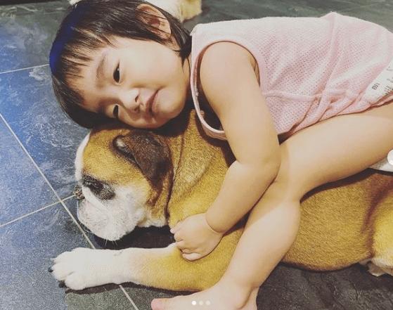 女兒與狗狗感情要好,在家不怕寂寞。