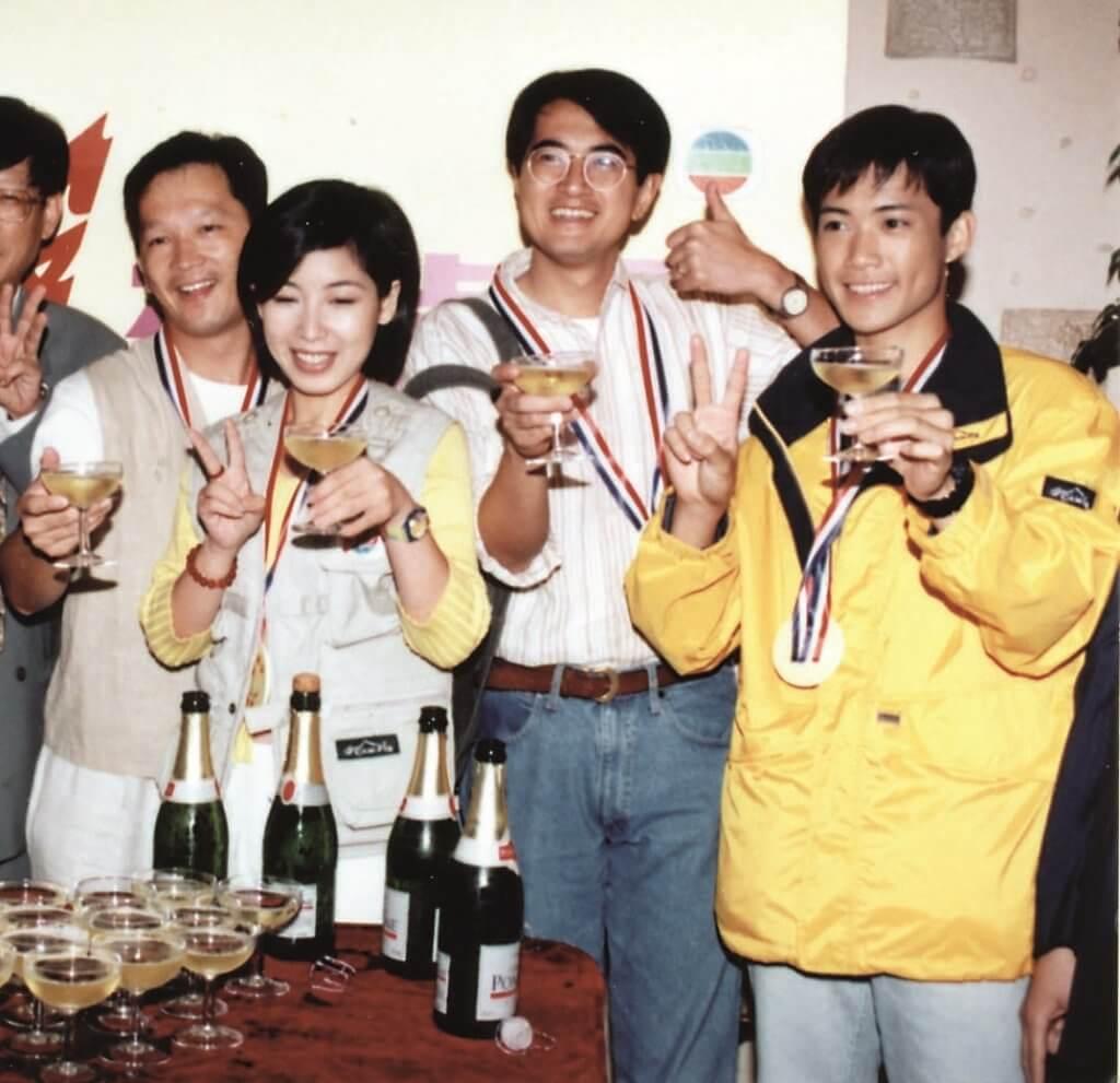 敖嘉年入無綫第一份工作,與鄧梓峰、黎芷珊、廖啟智等主持《城市追擊》。