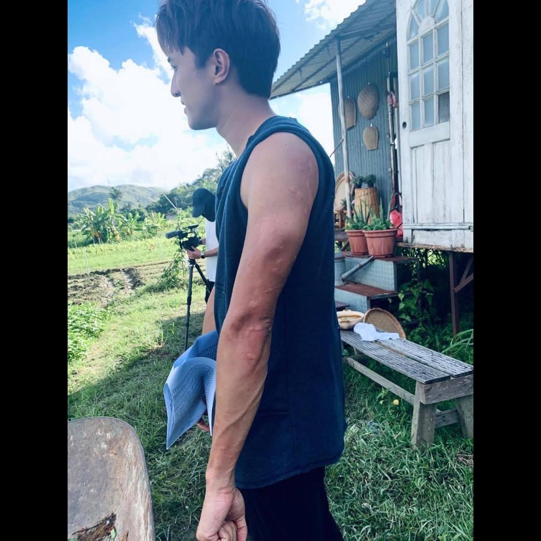 每次拍《香》都是郊外田野,餵蚊是家常便飯,看看黃庭鋒手上全是蚊蚋。