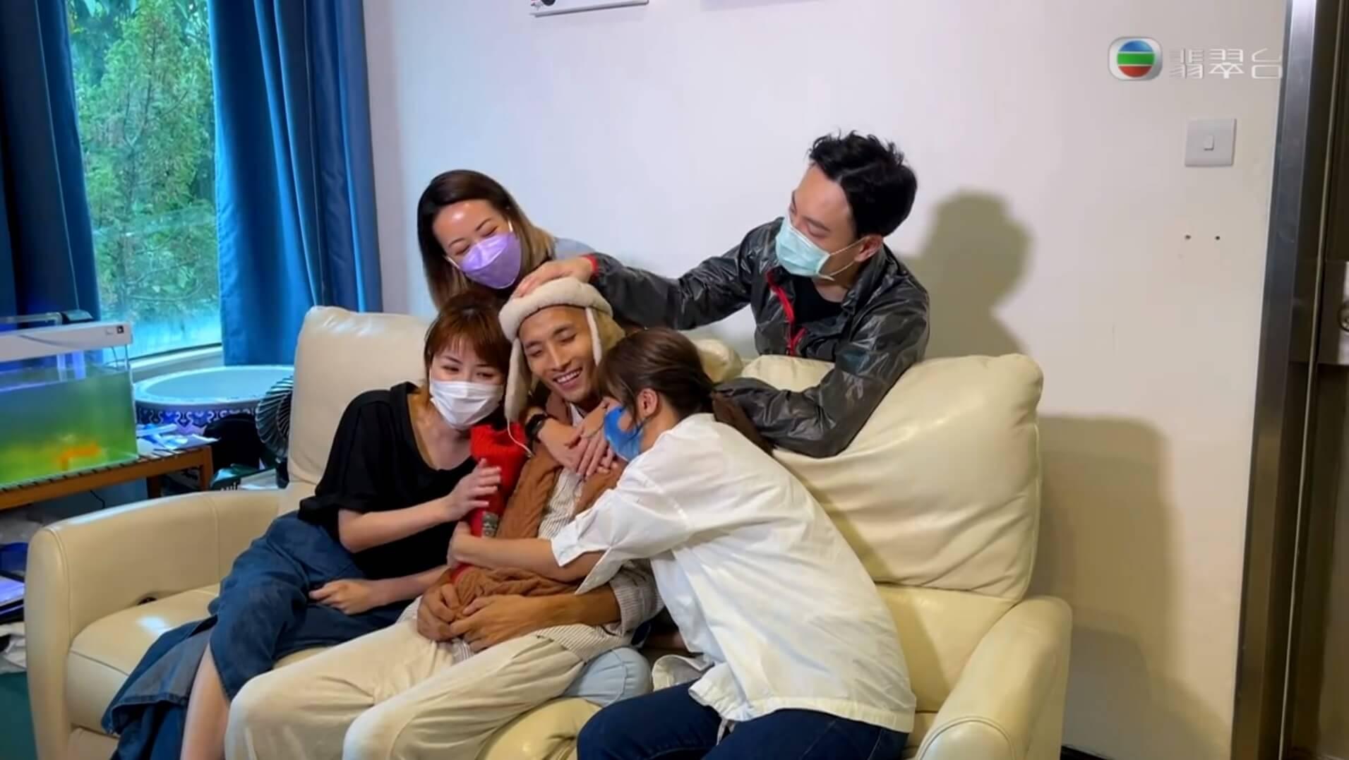Jeff接受《東張西望》的容羨媛訪問,好友孫慧雪、謝珊珊、鄧永健也有登門拜訪送上支持。