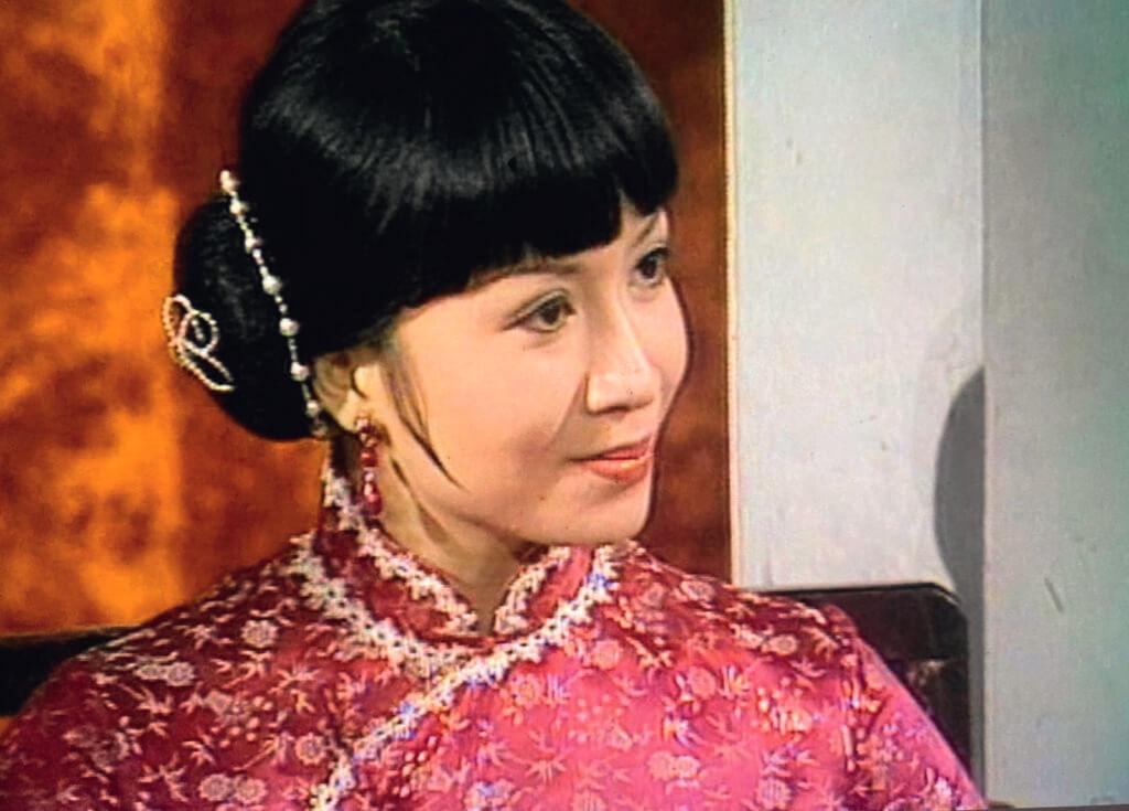《大江南北》不是沒有戲劇性,但更多是廣播劇的戲劇性。對白一篇復一篇,很適合演員坐着演。擔大旗的對手是周潤發,遇上不動如山的黃楚穎,雖然同劇還有訓練班出身的黃杏秀,選美出道的趙雅芝,一派「姐什麼沒見過」的氣場,還是數她看上去最「江湖」。