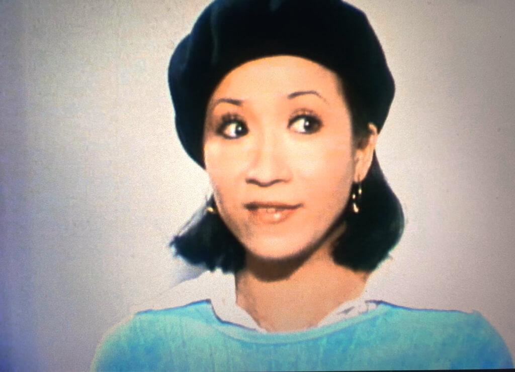 一邊主打七至七時半「翡翠劇場」,同時試水一集八時半至九時的《少年十五二十時》。她在第一季第十三集當壓軸嘉賓,飾演從法國回港的攝影藝術家,一頂貝雷帽戴在頭上,形象鮮明,和水土不服的劇中人性格配合得天衣無縫。