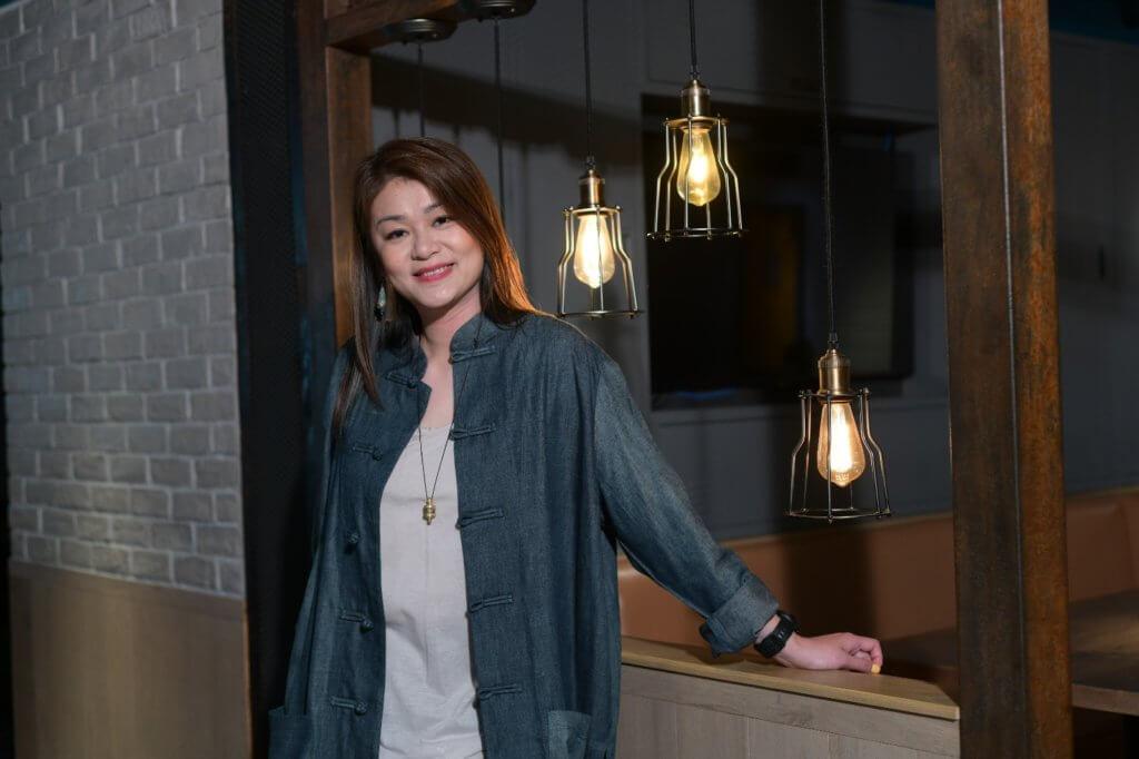 謝茜嘉是商台節目主持人兼叱吒903總監,以主持旅遊節目而為人熟悉。