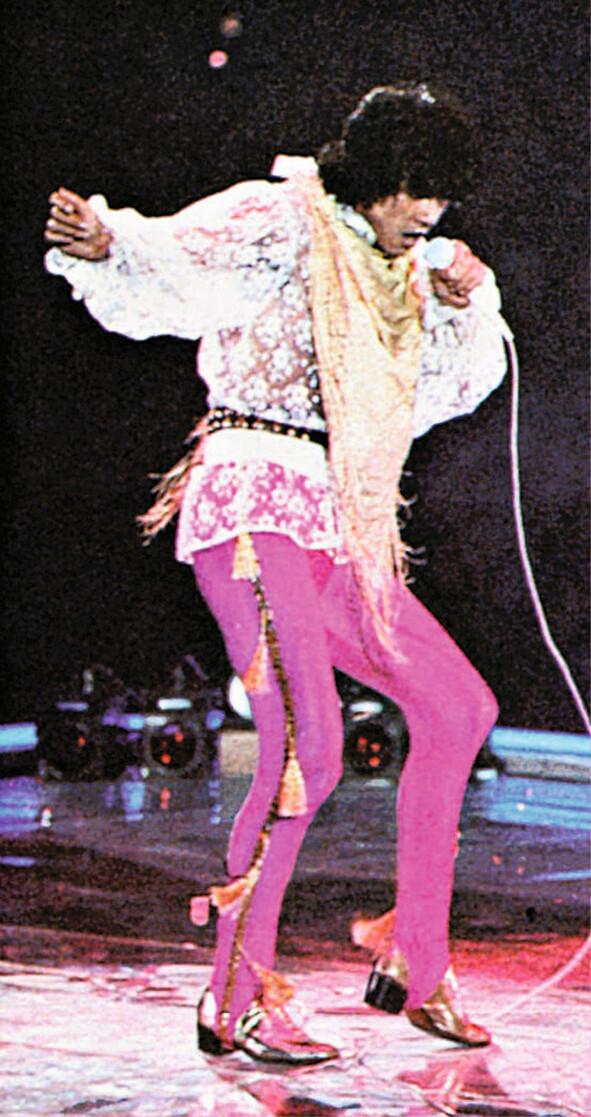 八二年西城秀樹來港在伊館開個唱,穿通花喱士上衣、金色圍巾、粉紅色褲及金鞋的突出造型令人眼前一亮。