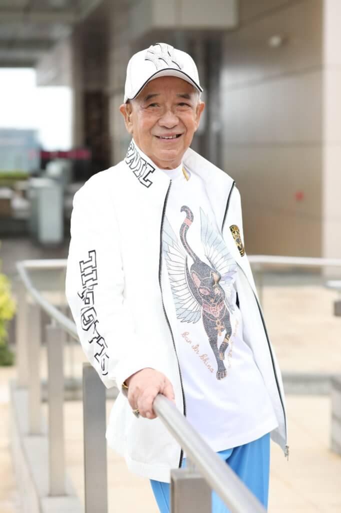 八十四歲的江圖近年聽力退化,要戴助聽器,不過身體十分健康,而且仍注重打扮。