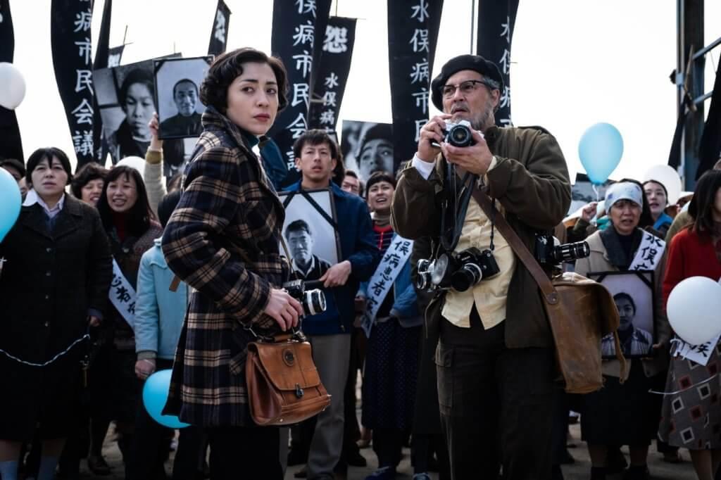 尊尼在《毒水曝光》扮演美國傳奇攝影師尤金史密斯,簡直脫胎換骨,日本女星美波飾演的艾琳亦表現出色。