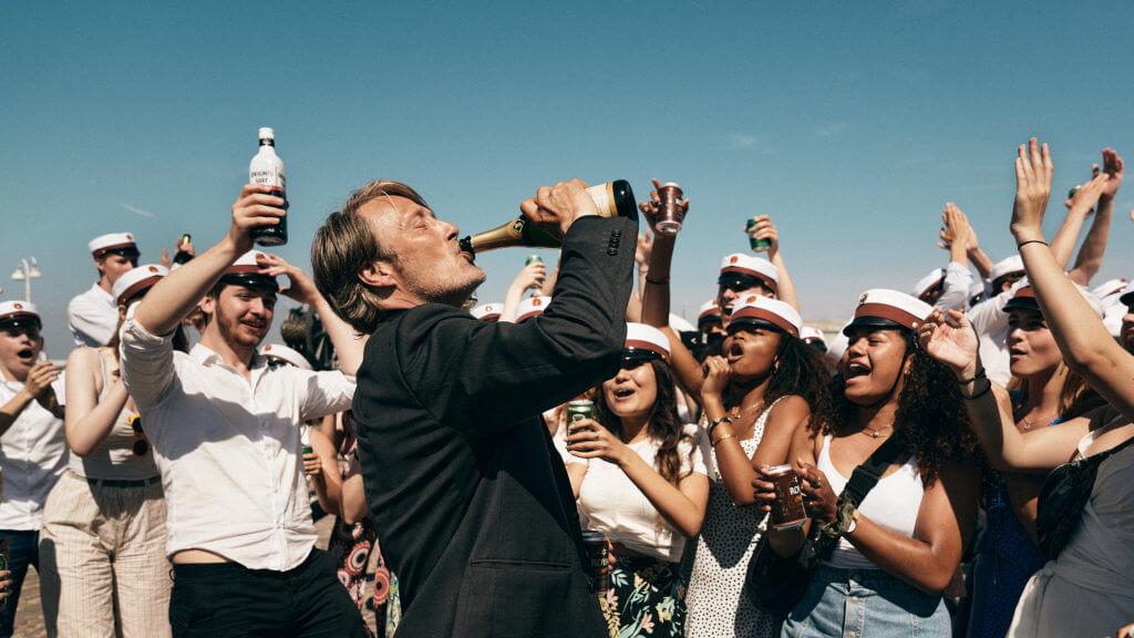 丹麥國寶麥斯在出爐奧斯卡最佳國際電影《醉美一課》,大爆熟男魅力,從酒醉酒醒中省悟人生。