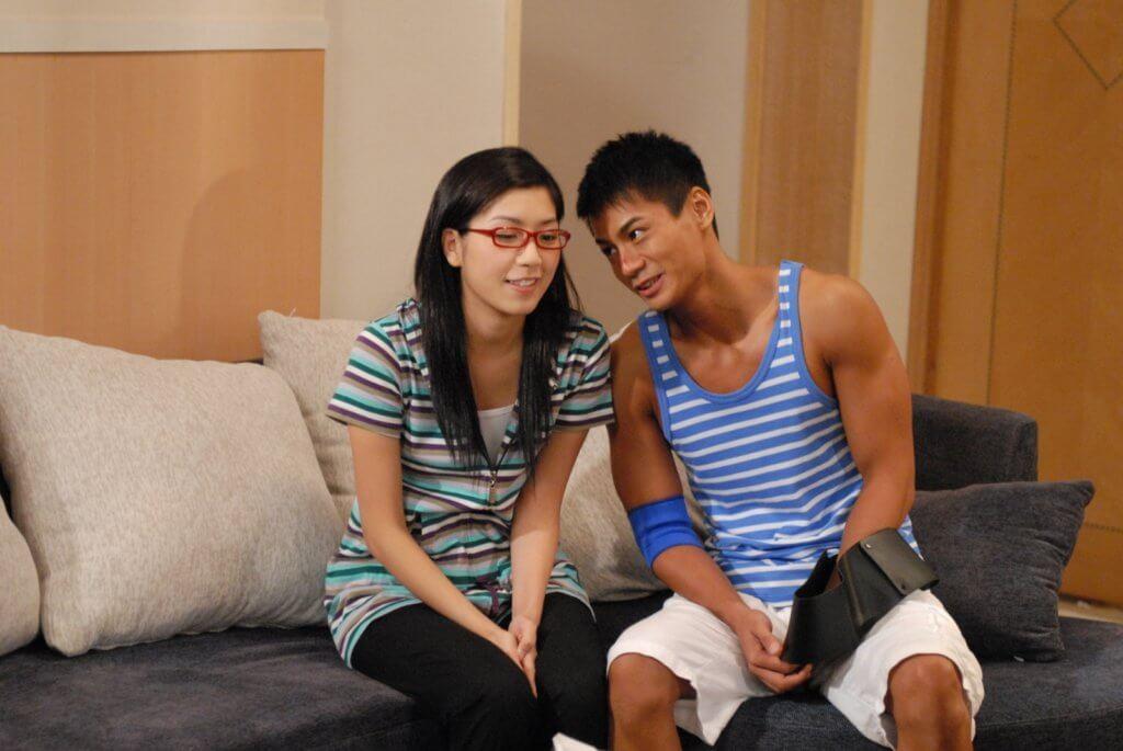 黃智雯最初被觀眾留意的是《搜下留情》的四眼鵪鶉妹,與羅仲謙 (現名羅子溢) 合作。