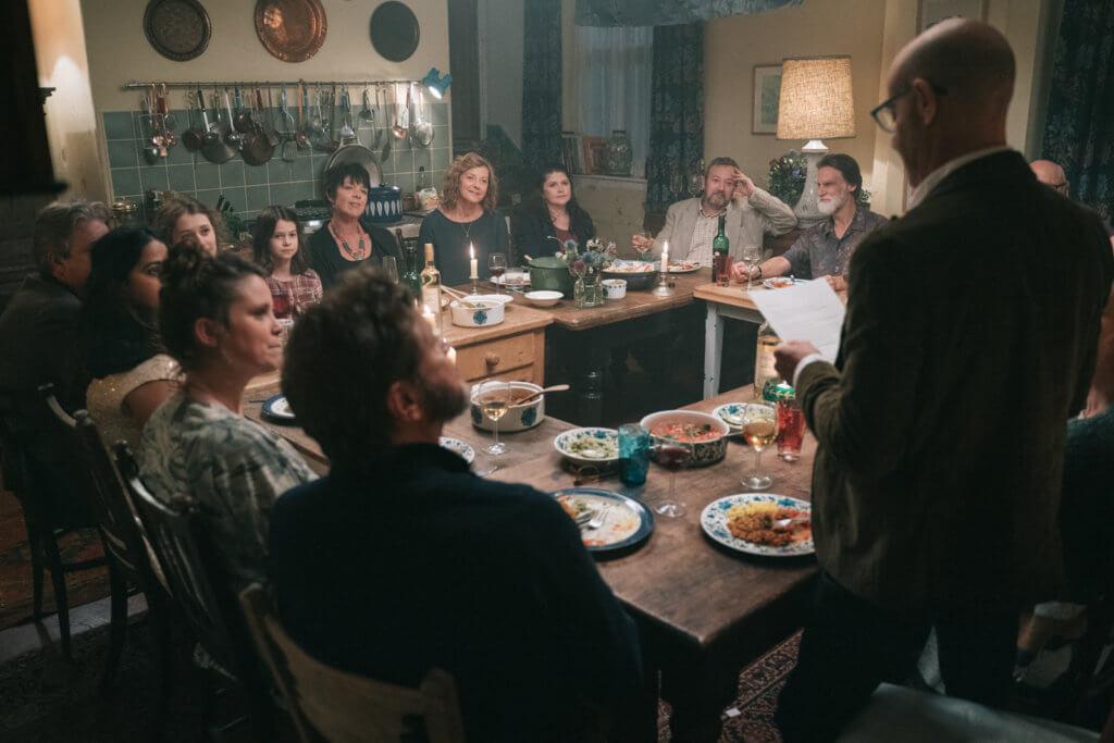 一場跟親朋好友飯聚的戲,表現出史丹利罹患早發性失智症的痛苦。