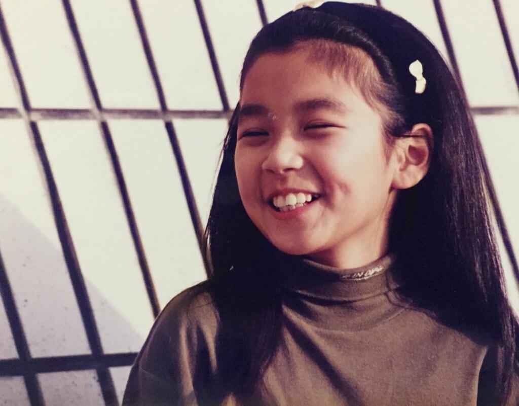 黃智雯小時候活潑好動,喜歡表演。