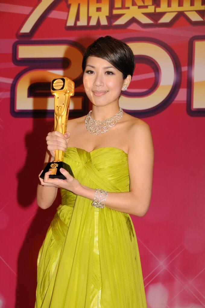 一二年,黃智雯憑《缺宅男女》和《飛虎》等劇拿飛躍進步女藝員。