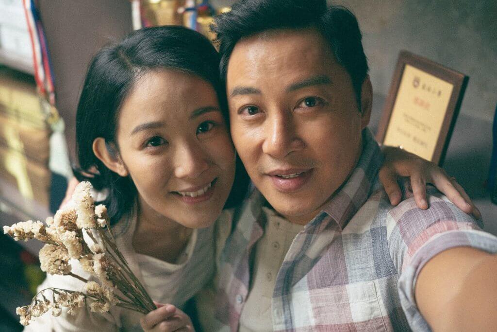譚耀文片中為照顧患病的太太陳逸寧,辭去教職。