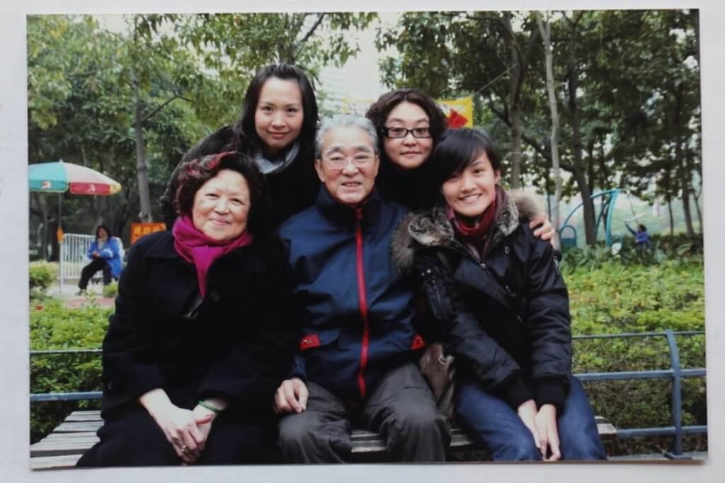 周驄叔和太太、女兒、孫女的合照。