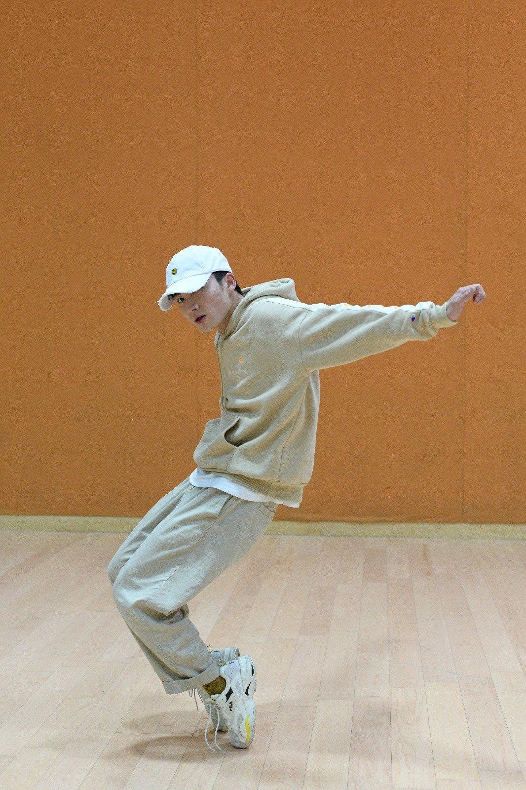 周嘉洛從小鍾情跳機械舞,覺得每個動作都很有型,受訪時,他跳得隨意隨心,雙腳會利用腳側或腳尖支撐,雙手則隨音樂擺動。