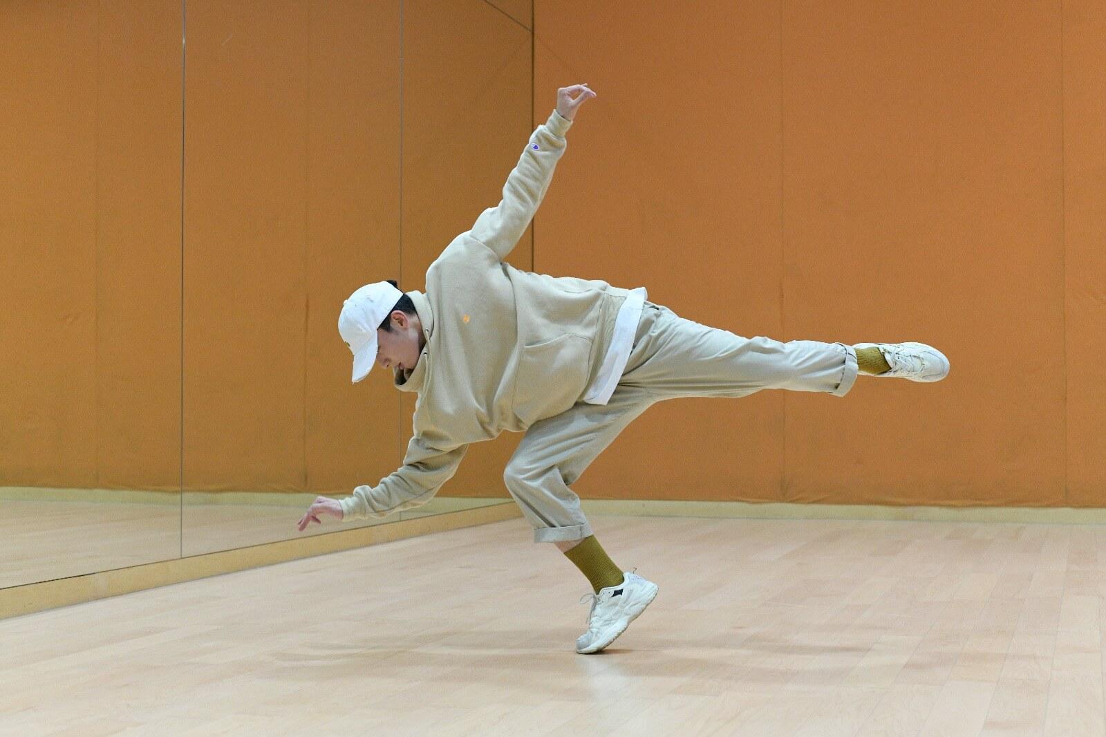 單腳提起動作,十分講究平衡力。