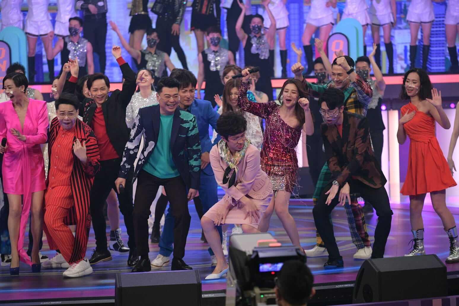 《開心大綜藝》雲集一眾藝員惡搞、表演、玩遊戲,發放笑彈。
