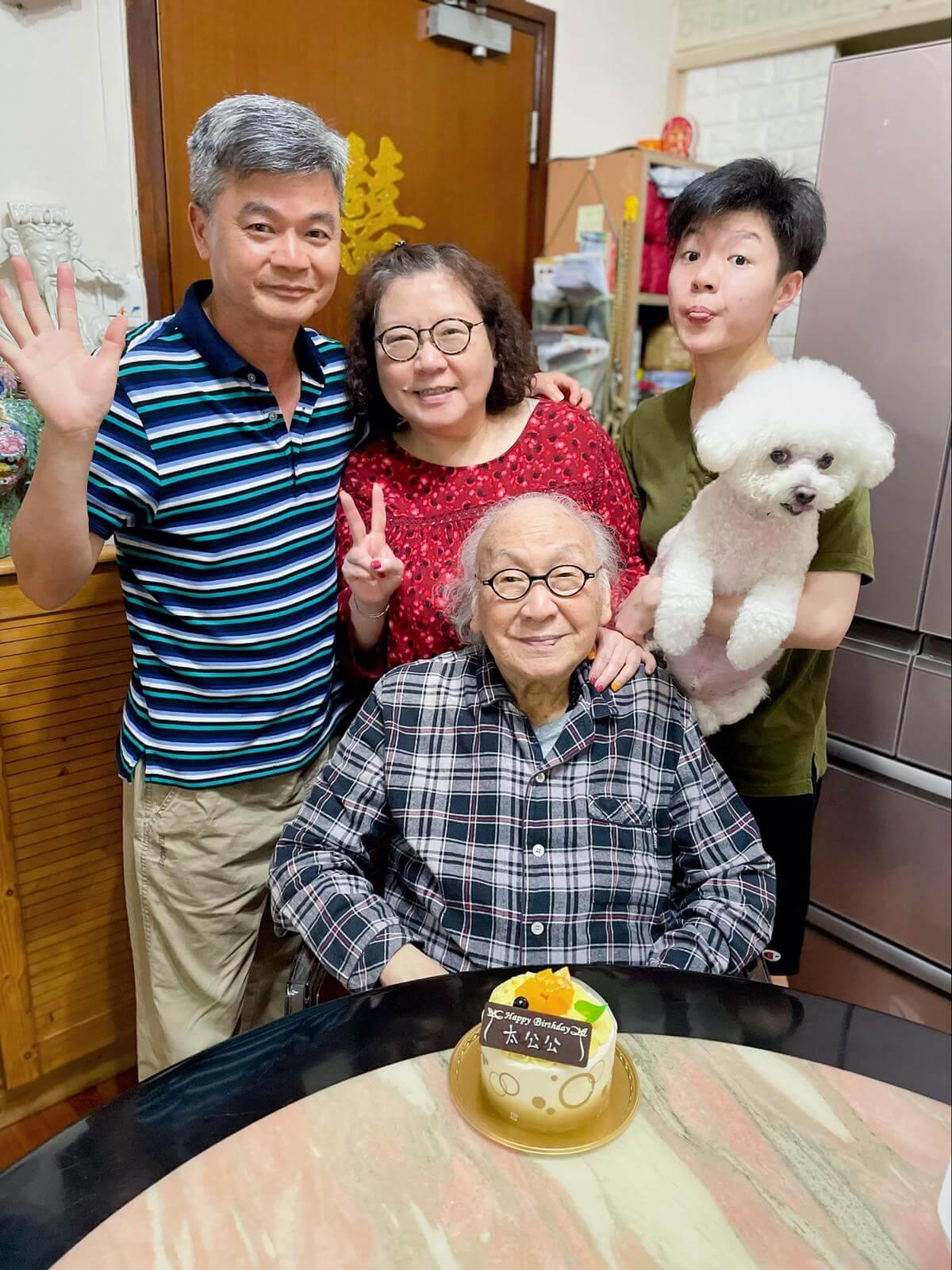 俞明與二女兒、二女婿及外孫翁苑婷