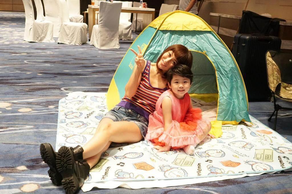 谷祖琳在片場為女兒安排小帳幕,讓她休息時避免與人羣接觸。