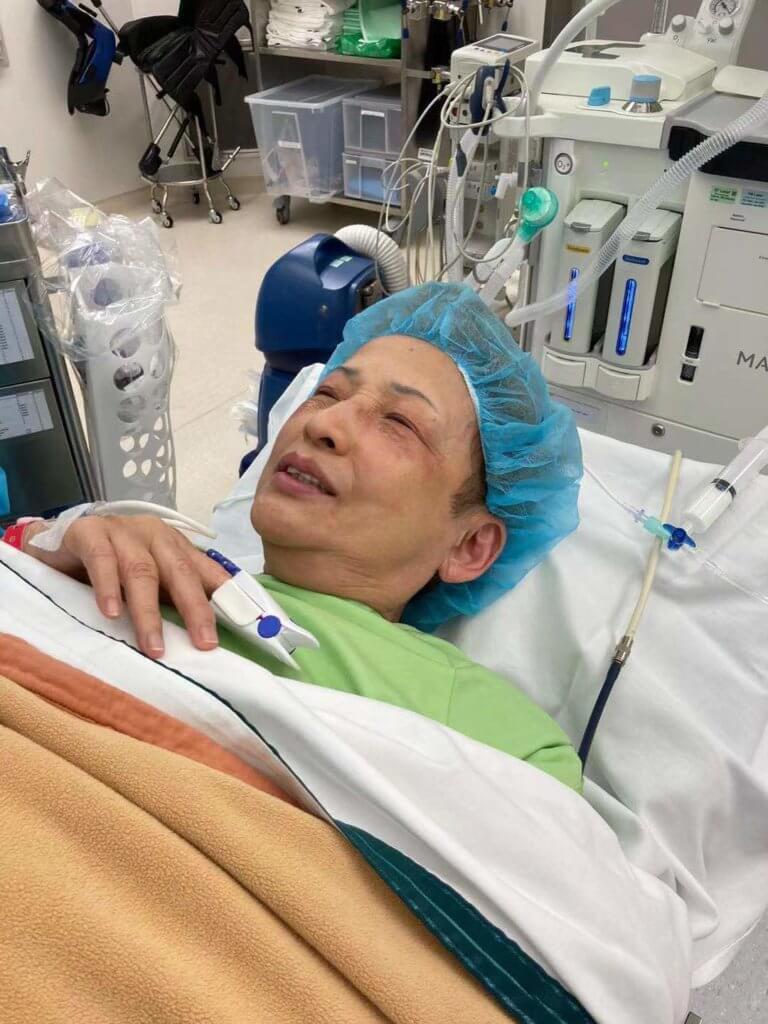 波姐在手術室請麻醉師為她拍照留念