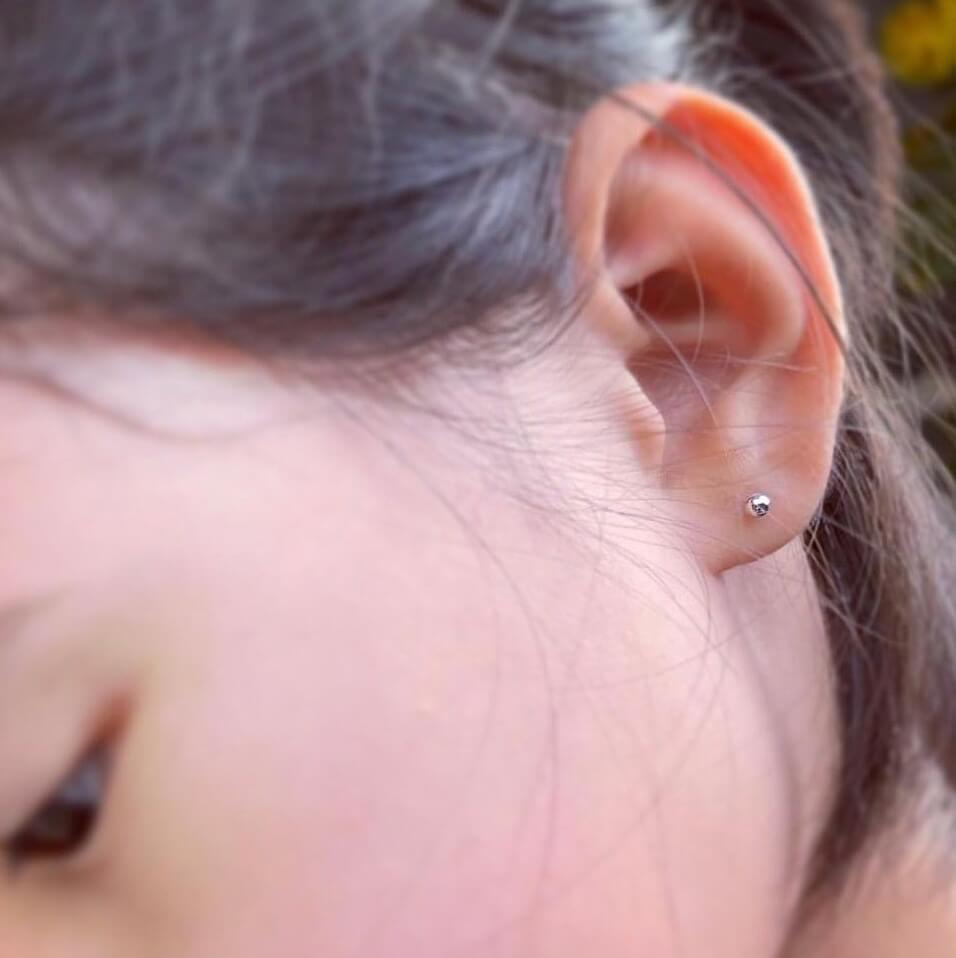 嘉欣跟8歲囡囡一起穿耳洞
