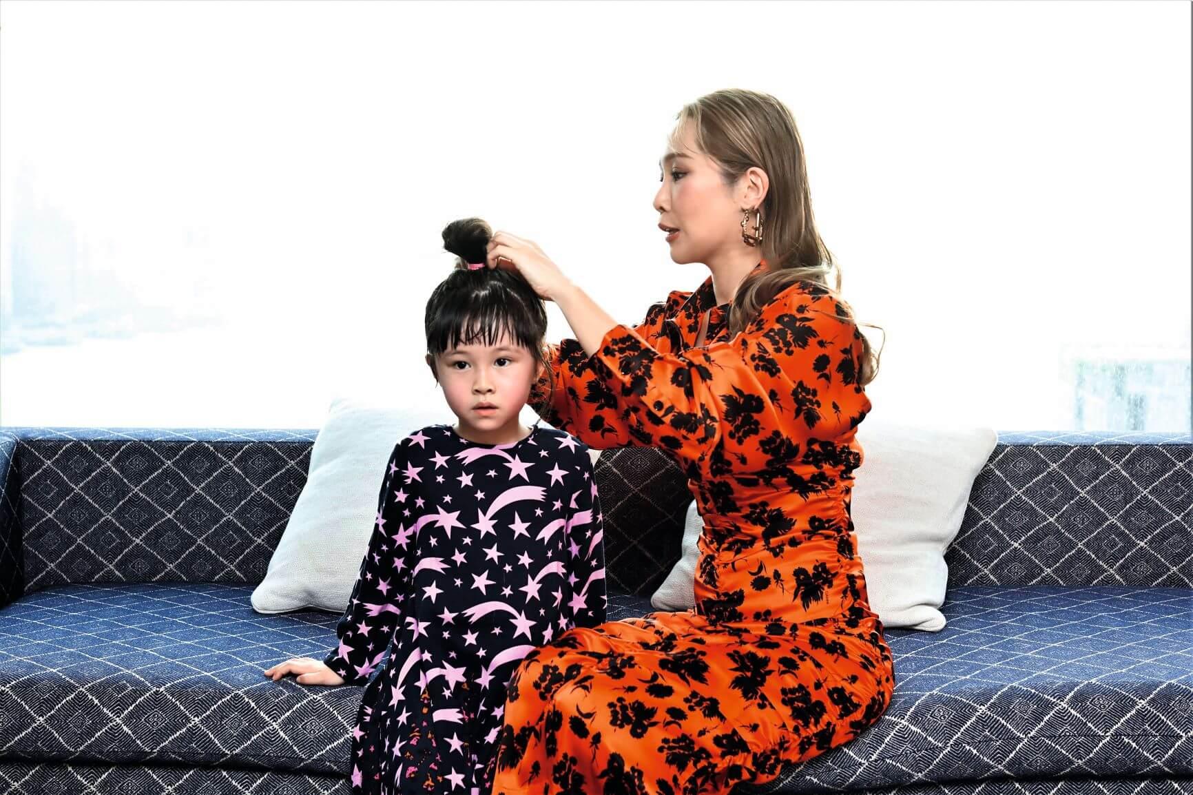 心心來探班,興起拍攝母女照,Jade幫囡囡紥個髻仔,「佢好多頭髮,隔幾日就要修吓。」