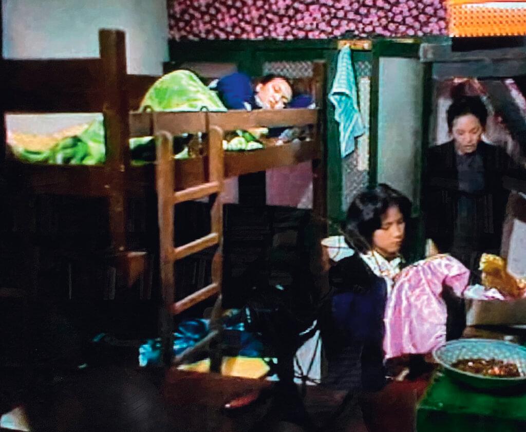 黃師奶形容影霞前一個晚上難以入寐是「作怪」,暗示她是少女懷春。其實在這房間裏長大的,都不能輕談青春。小女兒釘珠不夠快,就被警告「你要食晒佢」,大女兒失眠,原來是在考慮要不要由帶位員轉業女招待。