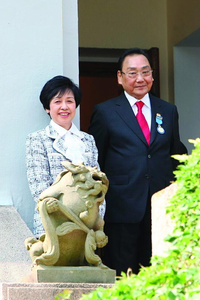○九年獲特區政府頒授榮譽勳章,太太陪伴出席領獎。