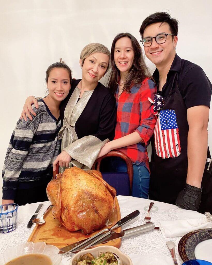 余安安和女兒及女婿食火雞慶祝感恩節