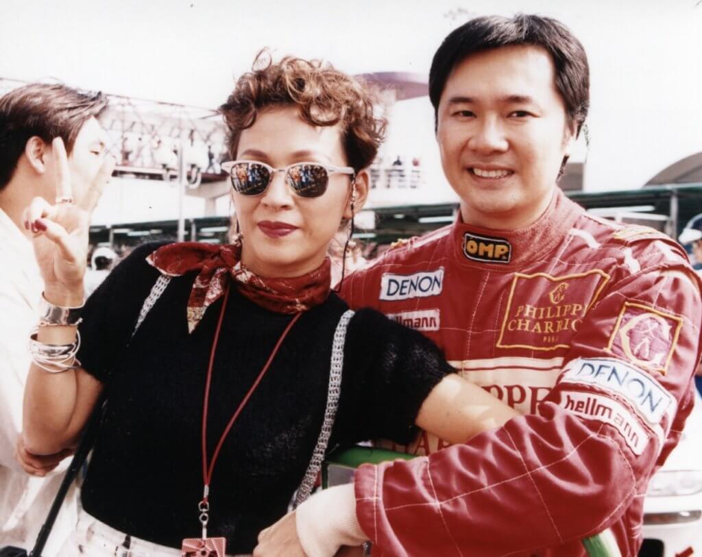余安安八七年與賽車手李萬祺結婚,丈夫後來從事公關行業。