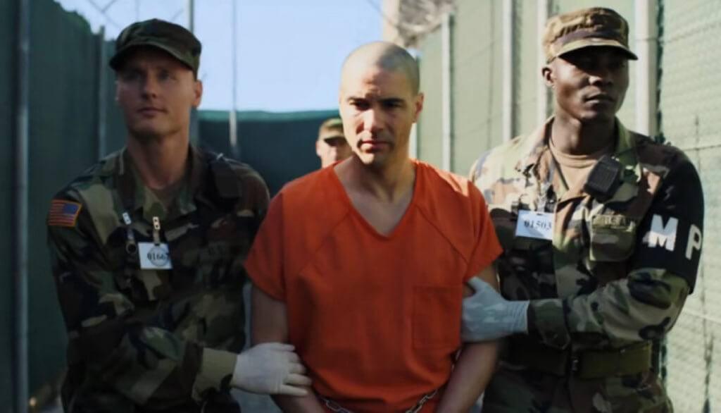 法國影帝塔哈拉辛飾演的史拉希,被美國政府拘捕,並在未經審訊下囚禁於關塔那摩灣監獄。