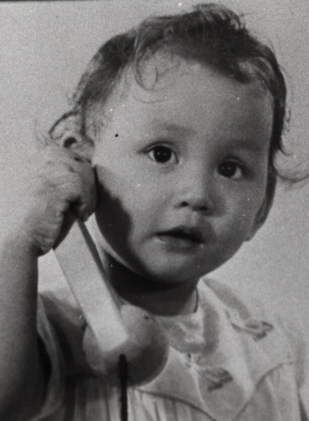 余安安有八分一英國血統,小時候像個漂亮洋娃娃。