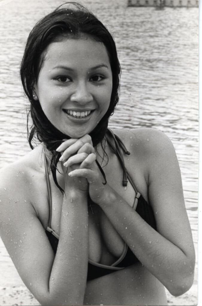 余安安初出道時拍廣告和拍電影,不乏穿泳衣的畫面。
