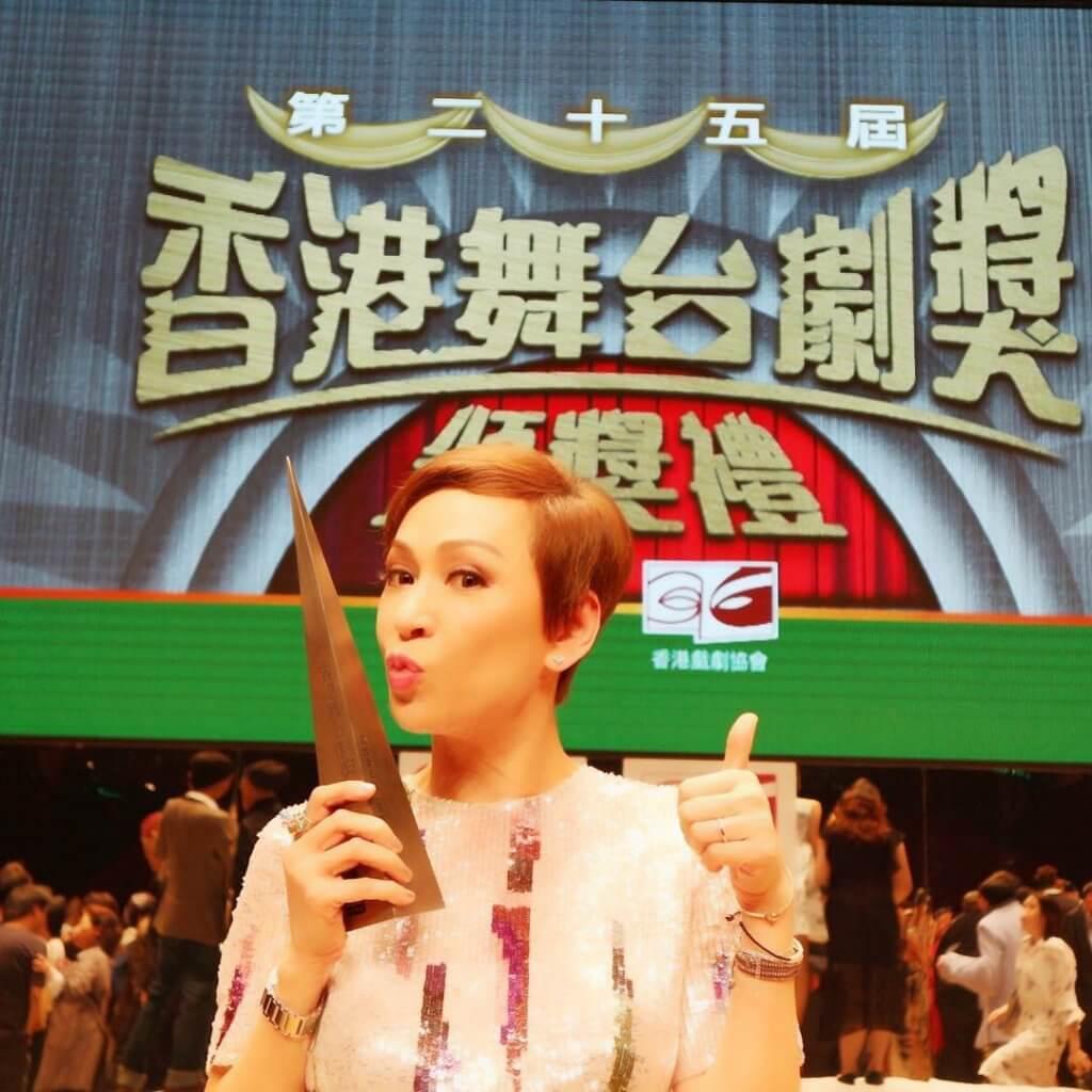 余安安2016年憑舞台劇《最後作孽》獲頒最佳女主角,成為劇后。
