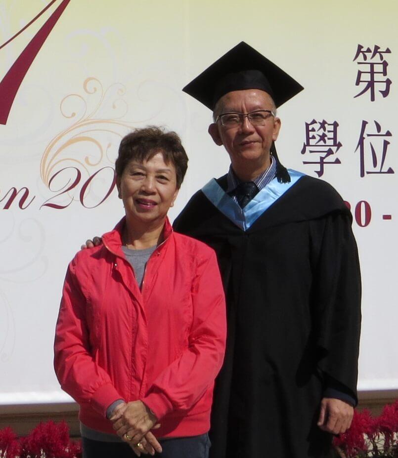 龍天生一五年教育大學畢業戴四方帽,那年他五十六歲,圖為他與姊姊合照。
