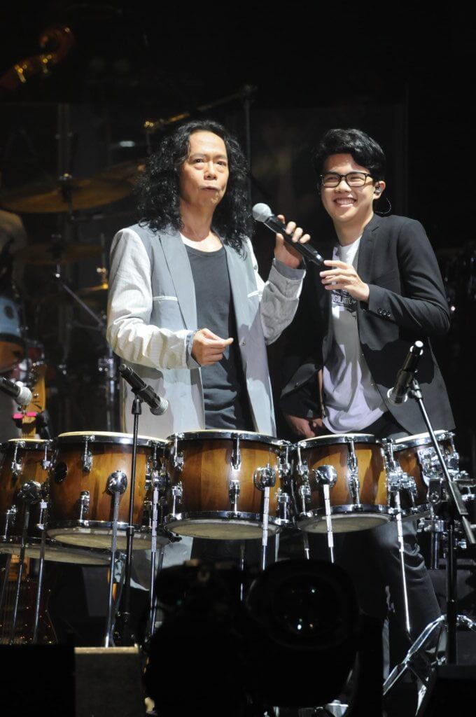 鄧建明兒子Justin做父親演唱會嘉賓,表演打非洲鼓。