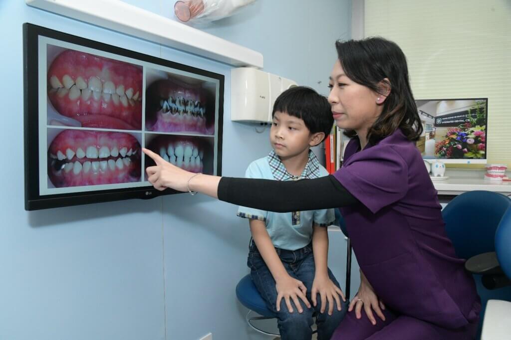 張醫生向湯智源介紹乳齒不同的蛀牙情況