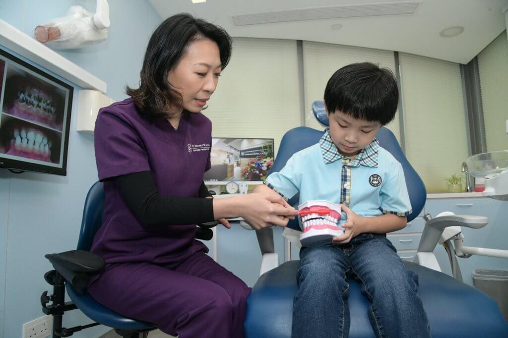 小朋友學刷牙之餘,也要學用牙線或牙縫刷清潔牙罅。